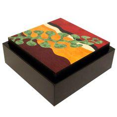 Caja con marqueteria. Caja en  madera.Tapa decorada  en marqueteria.Realizada con diferentes tipos de madera.Aprovechando para su composicion los diferentes colores y texturas.Base de la caja,lacada en negro.Tapa barnizada