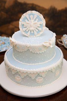 O batizado do Sylvito ganhou uma linda decoração em azul e branco com ursinhos. O charme especial ficou por conta dos mini caminhões com flores, um present