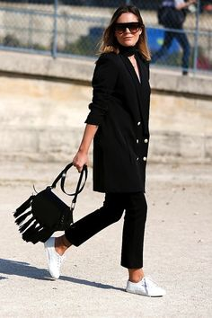 Street Style: An Effortless All-Black Look With Sneakers | Le Fashion | Bloglovin'