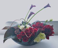 Modern arrangement with mini calla lilies Modern Floral Arrangements, Creative Flower Arrangements, Flower Centerpieces, Flower Decorations, Modern Floral Design, Flora Design, Flower Bomb, Flower Show, Corporate Flowers