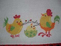 Vista de mais perto do bordado com galinhas, em ponto cruz