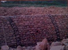 Technique de construction .. Soutènement... adossement de l'élévation en pierres et galets sur un mur en aggglos de ciment 15 x 20 x 50... Aspirants Compagnons du Devoir du Tour de France...