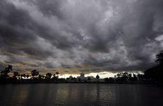 Una nube gigantesca que presagia una tormenta monzónica sobre el palacio real de Agartala, India, el 28 de julio de 2015