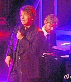 Raphael canta 34 canciones en dos horas y media en Roquetas. .  El artista nacido en Linares presentó los temas de su último disco 'De amor y desamor'