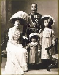 "taishou-kun: ""Princess Nashimoto Itsuko 梨本 伊都子 and Prince Nashimoto Morimasa 梨本宮守 with children Princesses Noriko 規子 & Masako 方子 - Japan - 1909 "" Japanese History, Asian History, Japanese Culture, Nagoya, Osaka, Vintage Photographs, Vintage Photos, Belle Epoque, Yokohama"