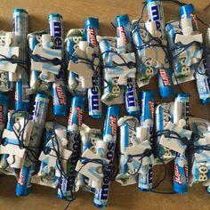 Blå gimmick: Gave til konfirmander på fælles blå mandag.  I er alle unikke og sammen kan I skabe noget større. Pakke med blåt slik og en brik af puslespil hvorpå der står Blå mandag år xxxx.  For fællesskabsfølelsen og for at have et minde.