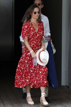 - Robes - Tendance : l'obsession des stars pour la robe fleurie Trend: the obsession of the stars for the floral dress. Grace Elizabeth, Fashion Over 50, Look Fashion, Fashion Clothes, Pippa Middleton Style, Middleton Family, Undone Look, Blue Dresses, Dresses With Sleeves
