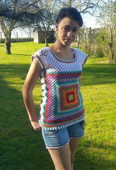 petit débardeur fleuri et multicolores , crocheté en granny , bordure boules , et cotés fleuris : T-Shirt, debardeurs par sandrine-campana