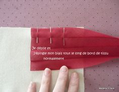 Pour poser du biais en angle Coin Couture, Couture Sewing, Techniques Couture, Sewing Techniques, Sewing Basics, Sewing Hacks, Diy Projects To Try, Sewing Projects, Sewing Lessons