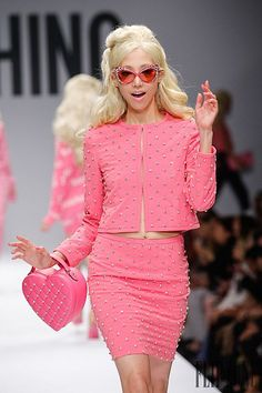 """The ironic style of Moschino brand by designer Jeremy Scott, """"Barbie… Pink Fashion, Runway Fashion, Fashion Beauty, Fashion Show, Fashion Design, Haute Couture Style, Moschino, Rosa Style, Mode Chanel"""