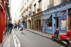 """Eu costumo chamar de o """"mundo encantado de Saint Germain"""". Tudo lá é diferente, charmoso, pequeno e único. Não tem nada melhor do que vagar pelo bairro e descobrir coisas novas, um cantinho lindo, uma loja diferente e restaurantes deliciosos e sem turistas."""