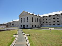 """Cette prison construite dans les années 1850 est considérée comme la plus grande et la mieux conservée de toute l'Australie. Elle a servit jusqu'en 1991, et pendant cette longue période, les convicts ont reçu de nombreux coups de fouets, certains ont été pendus, d'autres se sont rebellés ou même enfuis. Elle a depuis accueillie de nombreux visiteurs, avec notamment le """"Ghost tour"""" du vendredi soir !;"""