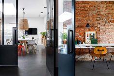 Ceglane ściany, meble vintage i stylowe dodatki – tak w skrócie można opisać wnętrze tego holenderskiego domu. Zobaczcie przytulne wnętrza w których na codzień mieszka małżeństwo Charlotte i Jasper.  Bardzo ciekawym pom