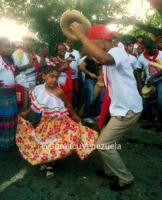 En el baile de Tambor Culo e' Puya de Tacarigua (Edo. Miranda), participan grandes y chicos! Se acostumbra a que las damas utilicen falda para bailar. Fecha: 25 de Junio de 2014, Día del Encierro de San Juan