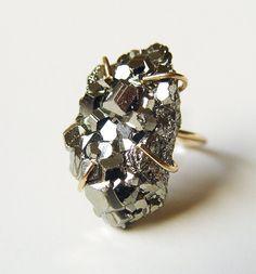 ON SALE Pyrite Crystal Gold Ring por friedasophie en Etsy