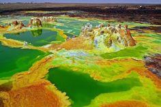 La dépression de Danakil, d'une superficie de 4000 km², est située sous le niveau de la mer (jusqu'à -155m). Elle s'étale entre l'Éthiopie, l'Érythrée, le sud de Djibouti et l'extrême nord-ouest de la Somalie, entourée de montagnes et de falaises culminant à plus de 4000m d'altitude.