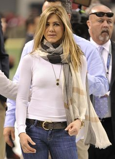 On this page we accumulate the best photos from Jennifer Aniston in a gallery. Jennifer Aniston in Friends Photography Jennifer Aniston Style, Jennifer Aniston Photos, Fall Outfits, Casual Outfits, Cute Outfits, Casual Wear, Jeniffer Aniston, Beauté Blonde, Looks Jeans