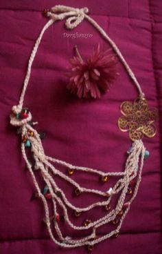 Collar tejido en crochet en hilo macramé sedificado con una filigrana de bronce y enhebrado de