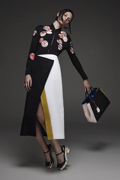 Italian luxury fashion house Fendi presented their new Resort 2015 collection. Creative directors Karl Lagerfeld and Silvia Venturini Fendi gave a modern spin Foto Fashion, Runway Fashion, High Fashion, Womens Fashion, Fashion 2015, Review Fashion, Fendi, Bcbg, Haute Couture Style