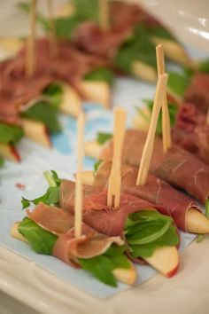 sliced pears, arugula, and prosciutto - Sophisticated Snacks Finger Food Appetizers, Appetizer Recipes, Wedding Appetizers, Fingers Food, Comidas Light, Good Food, Yummy Food, Appetisers, Party Snacks
