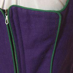 Sehr schönes lila Trachtenmieder, grün paspoliert. Es hat ein hübsches Schößchen und wird vorne mit Reißverschluss geschlossen.  Die Bluse ist nicht dabei. Das Mieder ist kaum getragen und sehr...