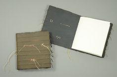 asphalt_booklets - Robuste kleine Unikatbüchlein, sepiafarben Umschlag handgeschöpft, mit eingegautschten Fäden, gefärbt, gewachst und mit Rohleinengarn benäht Format 10,5 x 11 cm Inhalt 32 Seiten, unliniert