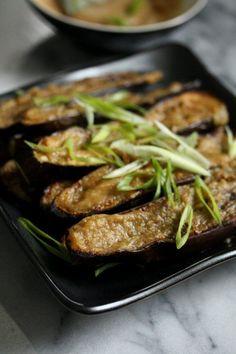 味噌、酢、生姜、ニンニクを混ぜます。天板にアルミホイルを敷きます。縦半分に切った茄子を天板に並べ、オリーブオイルをかけ、手で茄子全体につけ、断面を上にして並べます。 茄子が柔らかくなるまでブロイルします。一旦取り出し、茄子に味噌のタレをつけます。オーブンに戻し,2分程焼きます。もう一度味噌のタレをつけて焼きます。ネギをふります。
