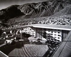 i was browsing through my brother's huge collection of architectural inspiration when i came across the Raymond Loewy House designed by Albert Frey. Raymond Loewy was an industrial designer notable… Palm Springs, Raymond Loewy, Mid Century Exterior, Modern Pools, Coachella Valley, Googie, Mid Century House, Mid Century Modern Design, Pool Designs