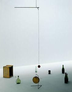 Small Sphere and Heavy Sphere, 1932-1933 [Petite sphère et grande sphère] Fer, bois, cordes, tiges et objets divers H. 317,5 cm (dimensions variables) New York, Calder Foundation © Calder Foundation New York / Adagp Paris