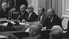 Tweede van rechts minister-president Jo Cals tijdens een debat in 1966 ANP