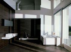 Donkere keramisch houten tegel op de vloer en wand. Houtlook