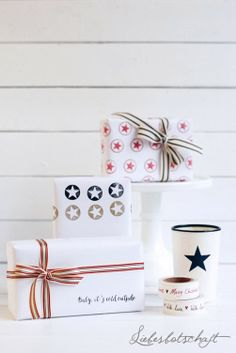 white background with stripes and star bows - christmas presents | gift wrap . Geschenkverpackung . paquet-cadeau | Design /Photo: Joanna @ Liebesbotschaft |