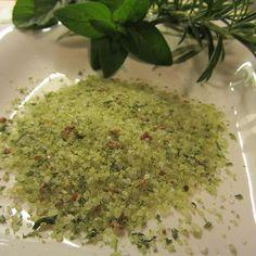 Sieht super aus, schmeckt lecker und ist gesund! Mediterranes Kräutersalz – für die Küche oder als Geschenk ganz toll. #Rezept #DIY