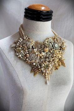 He encontrado este interesante anuncio de Etsy en https://www.etsy.com/es/listing/232911329/elizabeth-i-gold-beaded-textile-mixed