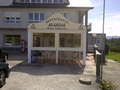 Restaurante As Saiñas en Carballo ha optado por una capota con pies,complementado con un toldo modelo Electra con ventanas para dejar pasar la luz del exterior.