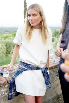 Dree Hemingway Shows A Casual Way To Wear A White Shift Dress