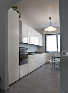 Cucina laccata lucida bianca con piano in Stone Grey ed ...