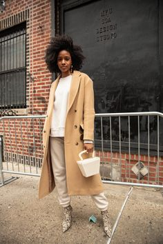 The very best street style looks and fashion inspiration from outside the runway shows and parties of New York Fashion Week February Nyfw Street Style, Street Style Looks, New York Fashion Week Street Style, Cute Winter Outfits, Fall Outfits, Casual Outfits, Dress For Success, Mode Inspiration, Fashion Inspiration