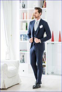 Abito nero e cravatta blu 26