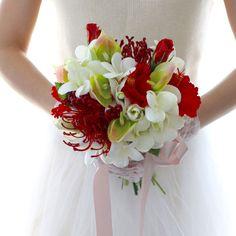 真っ赤なお花と真っ白なプルメリアがまるで生花のようにみずみずしく輝くブーケ❗️お花の個性をいかしたナチュラルで優しい雰囲気のハンドメイドならではのブーケです。落ち着いた赤のピンクッション、真っ赤なハイビスカスと小さくて可愛らしいグリーンのアンスリウム、真...