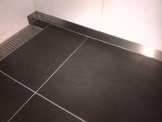 Tegelvloer vernieuwd en vanwege ontstane lichte schade door sloop aan wandtegels voor deze fraaie rvs oplossing gekozen.
