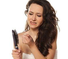 बालों का गिरना आम सी बात हो गई. तनाव, हार्मोन्स में बदलाव, मेडिकेशन ये कुछ ऐसी वजहे हैं जिनसे बाल गिरते हैं