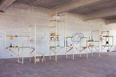 """""""Line 02"""" - Thomas Vailly. Diese Maschine ist ein Low-Tech-Weg um Flüssigkeit und organischen Kunststoff Formen herzustellen. Latex Blätter werden gestreckt, skaliert und geblasen, um eine Unendlichkeit von Flüssigkeitsvolumen zu schaffen. Es ist ein Dialog zwischen 3D-Modellierung, Rapid Prototyping, Handwerk und Design."""