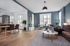 Skovin Elegant tregulv på Frogner i flott leilighet Interior Decorating, Interior Design, Living Room Remodel, Home Projects, Sweet Home, Dining Table, Flooring, House Styles, Blue Interiors