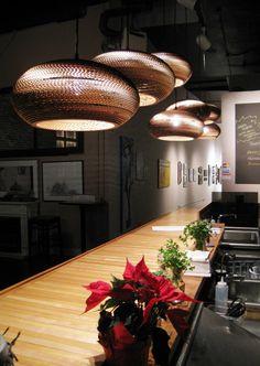mooi meerdere lampen boven een lange tafel