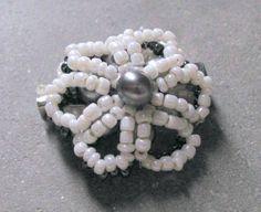 Spilla a forma di margherita di  perline di LecreazionidiVicky, €10.00