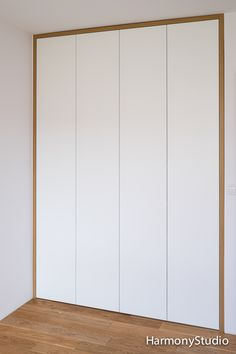 BIAŁA SZAFA OTWIERANA Z OPASKĄ Biała szafa udekorowana opaską w kolorze dębowym dobranym do podłogi w sypialni. Szafa została wyposażona: … Czytaj więcej...
