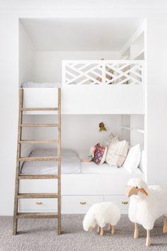 On adore cette chambre partagée pour enfant ! Retrouvez vite nos idées pour aménager la vôtre juste ici !