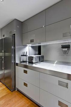 acero inoxidable en la pared de la cocina moderna