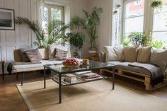 Wohnzimmer in IKEA HUS Story #4 mit SINNERLIG Daybed und Sofa aus Paletten, davor steht ein Couchtisch mit Früchtekorb und OSTED Teppich.